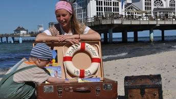 die Kinderbuch-Autorin Janet Lindemann am Strand von Sellin