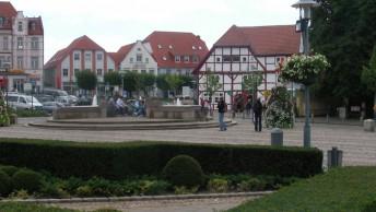 ein-Bummel-durch-Bergen-auf-Ruegen-am-Marktplatz