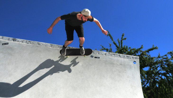Rügen rollt: Tricks in der Halfpipe im Skatepark Baabe