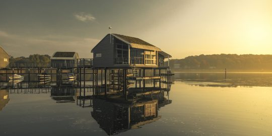 Inselbaukunst: Die schwimmenden Ferienhäuser in Lauterbach